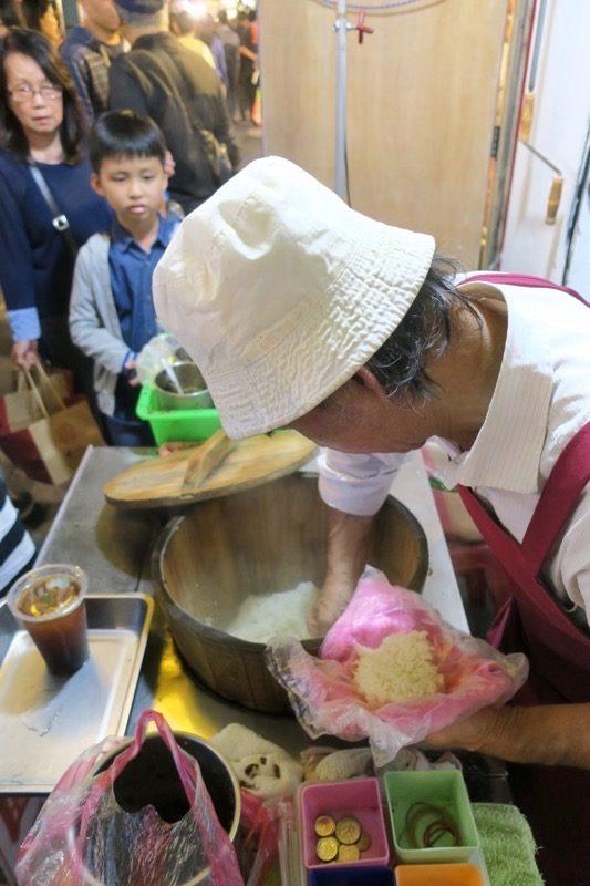 台北・士林夜市「阿婆飯糰」ごはんをよそうおじさん。