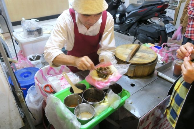 台北・士林夜市「阿婆飯糰」手際よくおにぎりをつくるおじさん。
