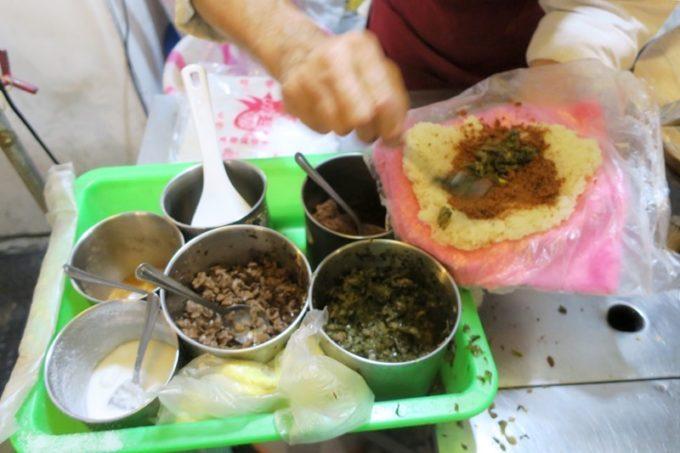 台北・士林夜市「阿婆飯糰」辛いのを入れるかどうか確認されるが、中国語がわからない。