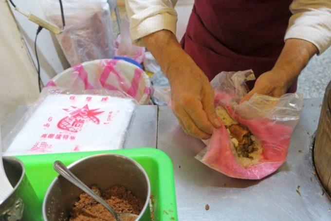 台北・士林夜市「阿婆飯糰」おにぎりの具を包むおじさん。