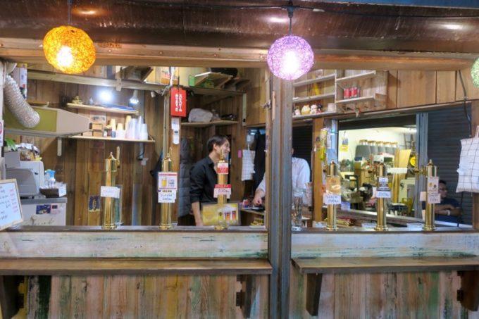 那覇・牧志にある「恵比寿珈琲麦酒」にはタップハンドルが6台設置されている。