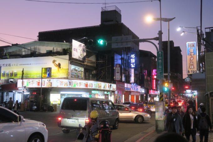 夕暮れの台湾・台北「公館夜市」の街並み。