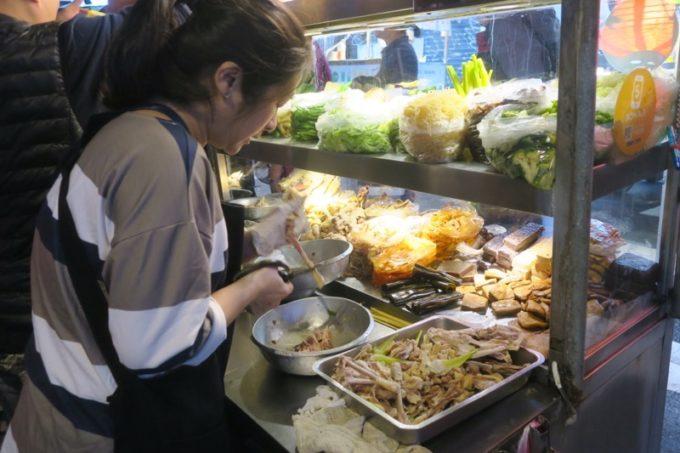 台湾・台北「公館夜市」滷味(ルーウェイ)屋さんも忙しそう。