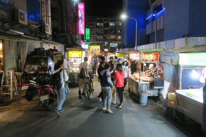 台湾・台北「公館夜市」夜23時頃の様子。