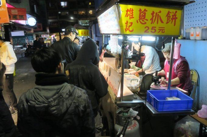 台湾・台北「公館夜市」23時過ぎに営業していたネギ餅屋さんの雄記葱抓餅。