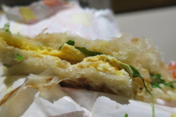 台湾・台北「公館夜市」で買ってきた雄記葱抓餅のネギ餅にも台湾バジルが入っていた。