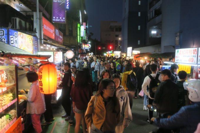 台湾・台北「公館夜市」の人の波と賑わい。