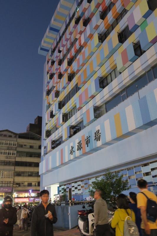 台湾・台北「公館夜市」には水色を基調としたカラフルな水源市場がある。