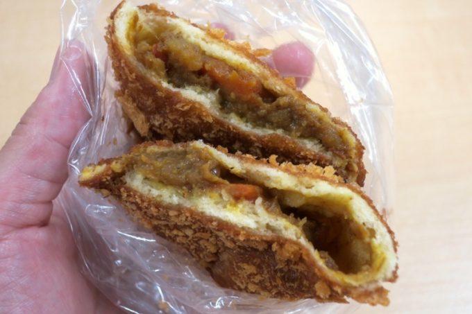 那覇・国場「カバのパン屋さん」のカレーパンは具材がゴロゴロ。