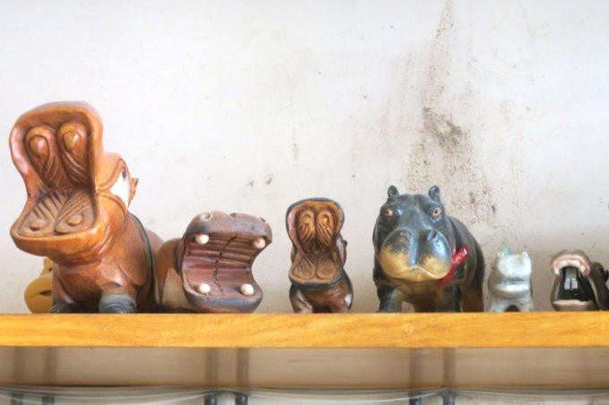 那覇・国場「カバのパン屋さん」のレジ上にあったカバの置物。
