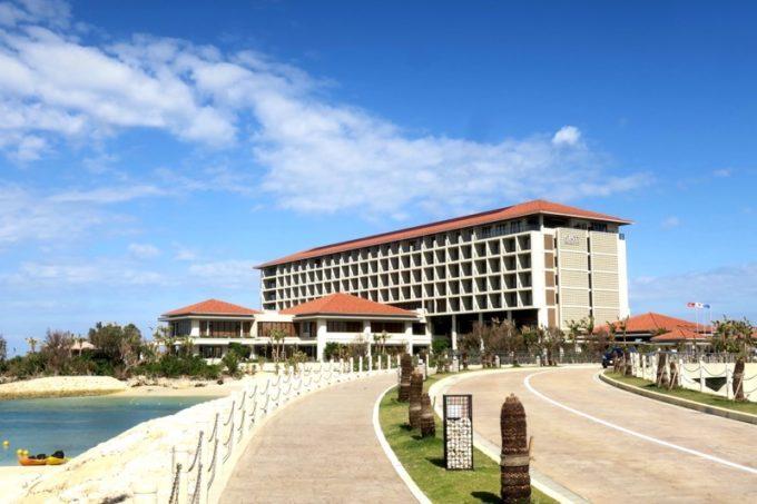 恩納村のリゾートホテル「ハイアットリージェンシー瀬良垣アイランド沖縄」の外観。