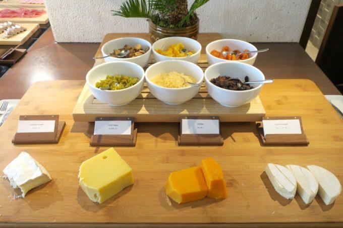 「ハイアットリージェンシー瀬良垣アイランド沖縄」オールデイダイニング セラーレの土日祝限定ウィークエンドブランチブッフェのチーズ。