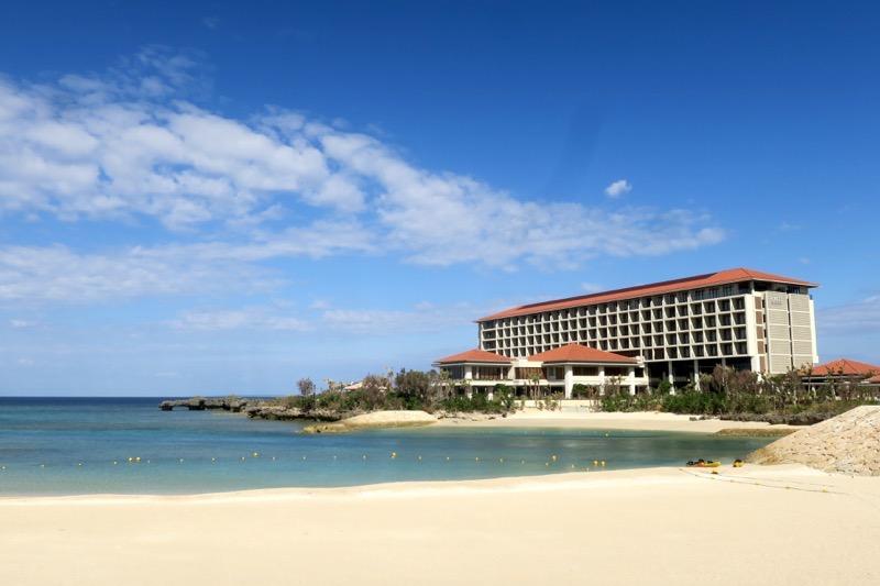 「ハイアットリージェンシー瀬良垣アイランド沖縄」は海に囲まれたリゾーホテル。