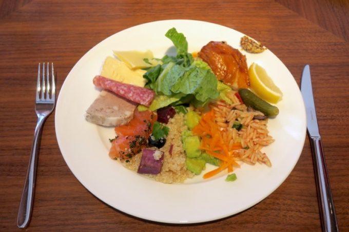 「ハイアットリージェンシー瀬良垣アイランド沖縄」オールデイダイニング セラーレの土日祝限定ウィークエンドブランチブッフェで取り分けたサラダやデリなど。