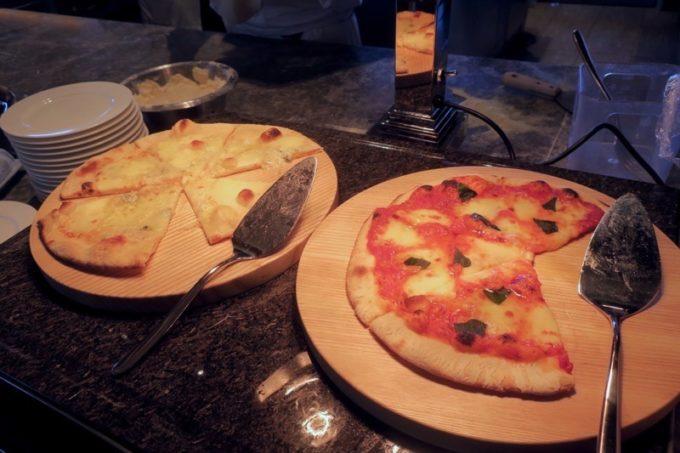 「ハイアットリージェンシー瀬良垣アイランド沖縄」オールデイダイニング セラーレの土日祝限定ウィークエンドブランチブッフェではライブキッチンで焼きたてピザを提供している。