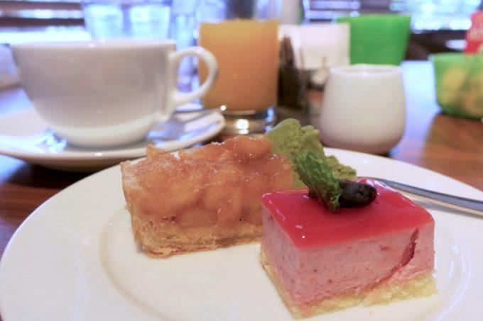 「ハイアットリージェンシー瀬良垣アイランド沖縄」オールデイダイニング セラーレの土日祝限定ウィークエンドブランチブッフェで取り分けたデザートと食事後のコーヒー。