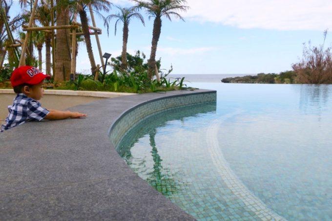 「ハイアットリージェンシー瀬良垣アイランド沖縄」のグスクプールに入りたいお子サマー。