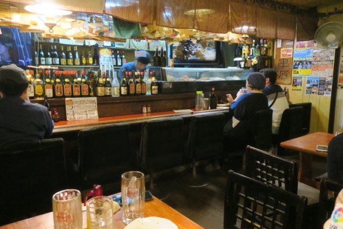 沖縄市「居酒屋 串源」の店内。
