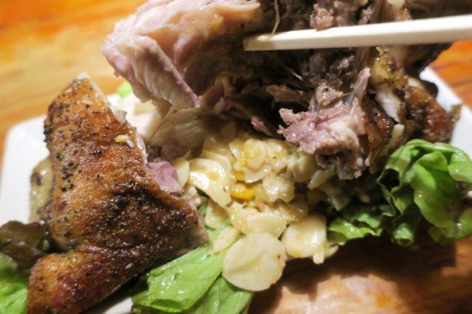 沖縄市「居酒屋 串源」丸焼きチキンの下から出てきたニンニクスライス&コーン。