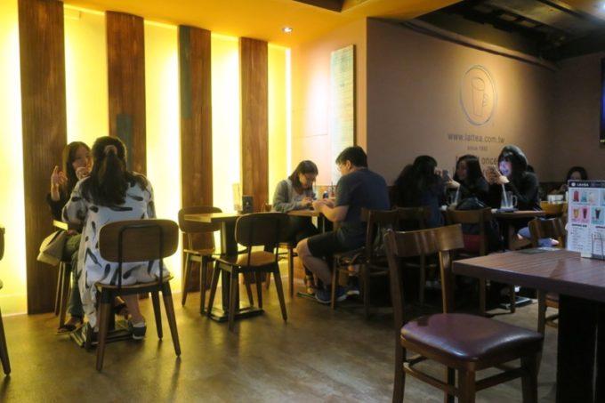 台北・士林夜市の中にあるカフェ「LATTEA」の店内。