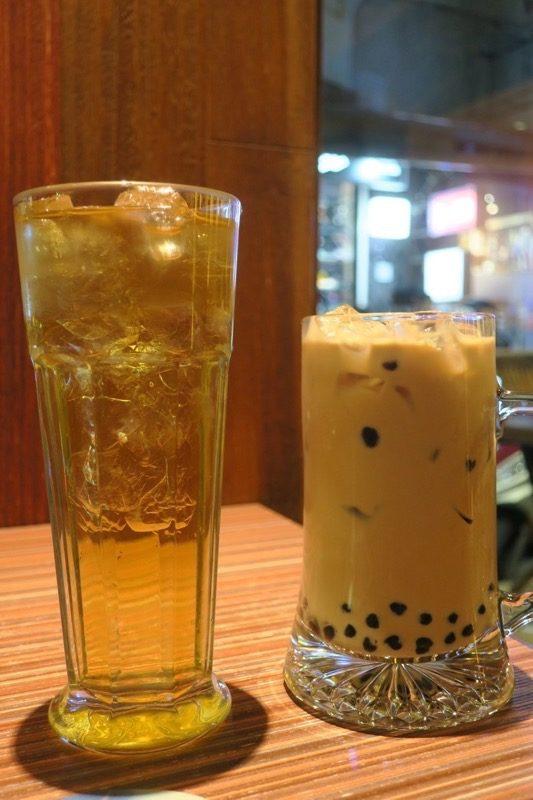 台北・士林夜市の中にあるカフェ「LATTEA」で輕淬緑茶(TWD60)と、珍珠奶茶(TWD80)を注文。