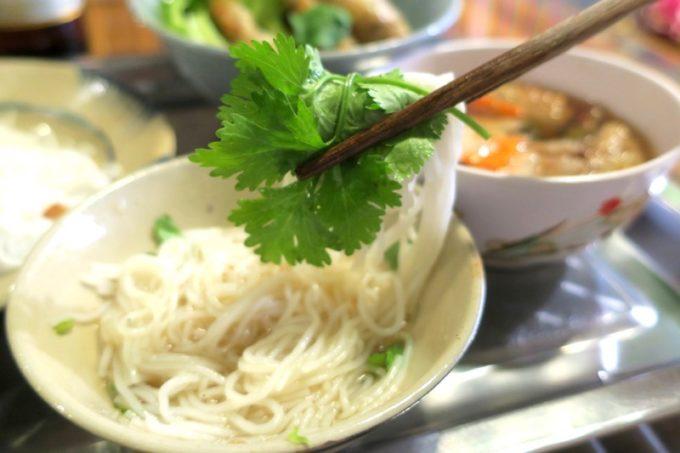 那覇・松尾のベトナム料理「ノイカフェ」で食べたブンチャーは甘酸っぱさがクセになるつけ麺だった。