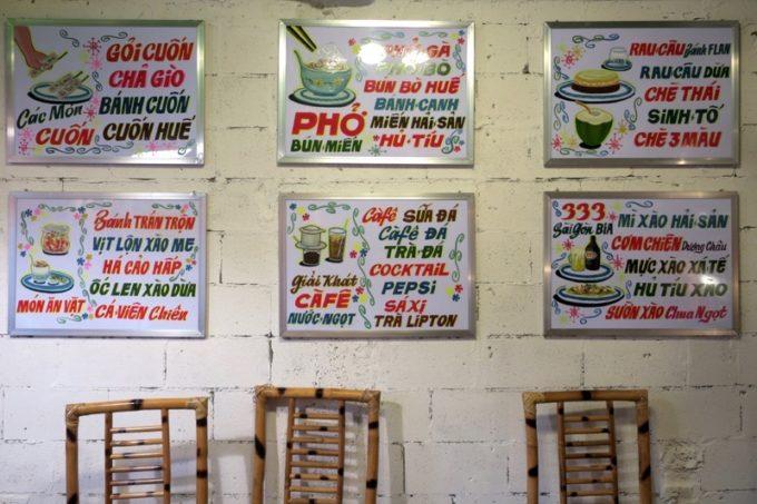 那覇・松尾のベトナム料理「ノイカフェ」の壁にあるメニュー表。