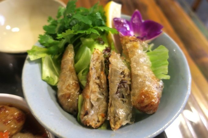 那覇・松尾のベトナム料理「ノイカフェ」ブンチャーに添えられた揚げ春巻き。