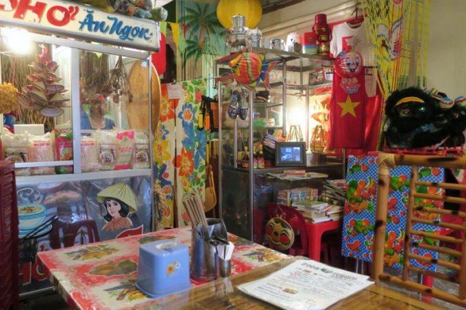 那覇・松尾のベトナム料理「ノイカフェ」の店内にある屋台。