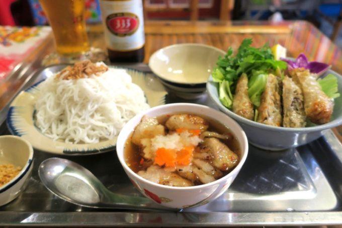 那覇・松尾のベトナム料理「ノイカフェ」で食べた混ぜ混ぜ麺のブンチャー(850円)をいただく。