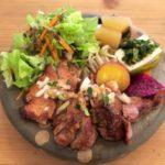 那覇・西町「ピパーチキッチン」県産豚肩ロースのステーキ(琉球山椒とピパーチのソース、970円)
