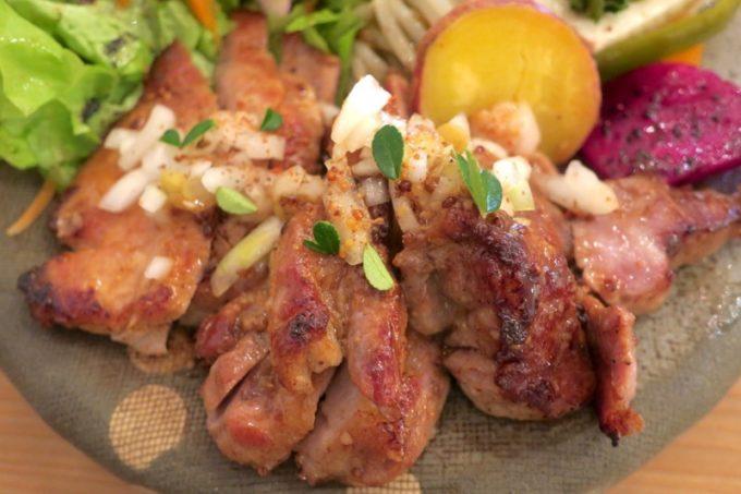 那覇・西町「ピパーチキッチン」県産豚肩ロースのステーキをアップで。