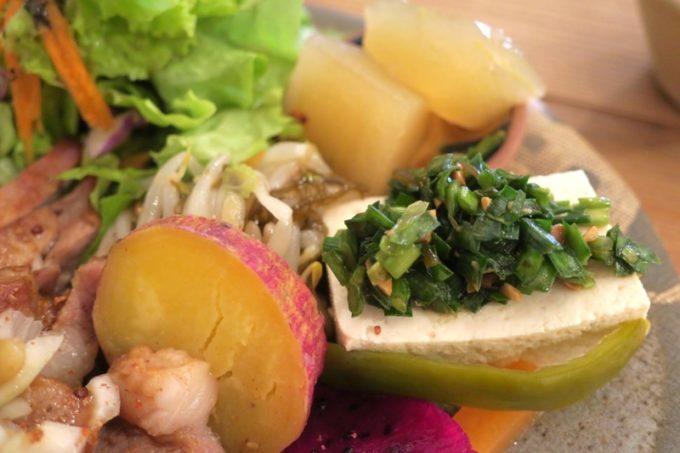 那覇・西町「ピパーチキッチン」の島野菜などをつかったおかず4品。