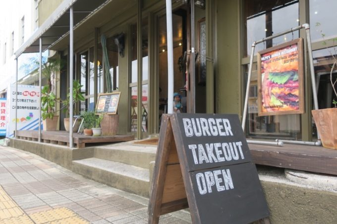 沖縄市・園田「RALPH'S BURGER RESTAURANT(ラルフズバーガーレストラン)」の店先にはテイクアウトの看板も。