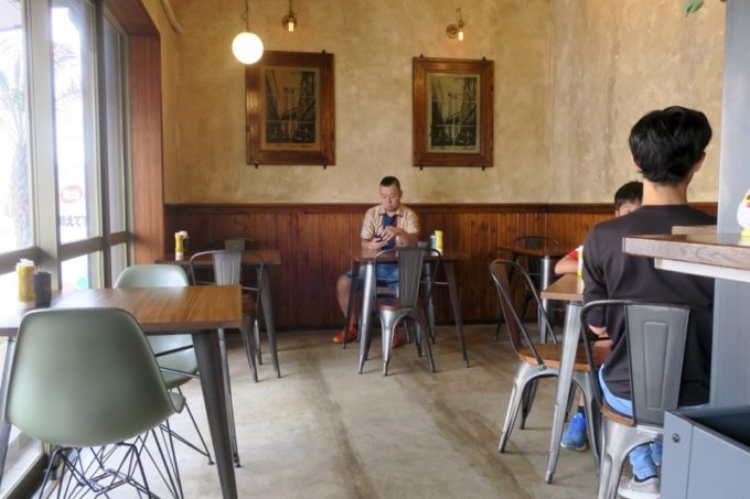 沖縄市・園田「RALPH'S BURGER RESTAURANT(ラルフズバーガーレストラン)」の店内。