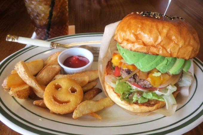 沖縄市・園田「RALPH'S BURGER RESTAURANT(ラルフズバーガーレストラン)」アボカドチーズバーガー(1080円)のドリンクセット(+220円)