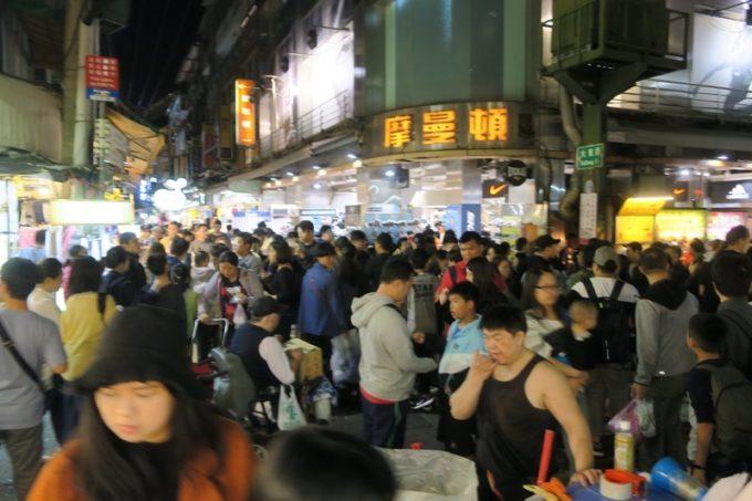 台湾・台北の観光客向け「士林夜市」は人の出が凄いことになっていた。