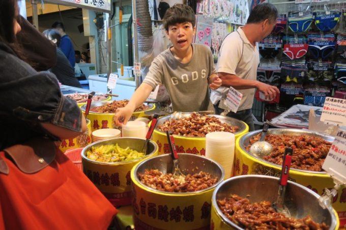 台湾・台北「士林夜市」のお惣菜屋さん。