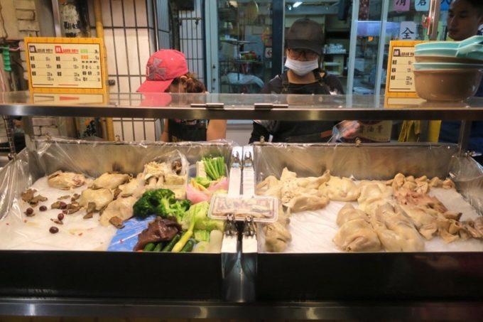 台湾・台北「士林夜市」で丸鶏を売っているお店がありました。