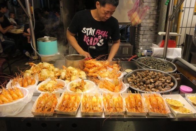 台湾・台北「士林夜市」の海老とか貝とかのお店。
