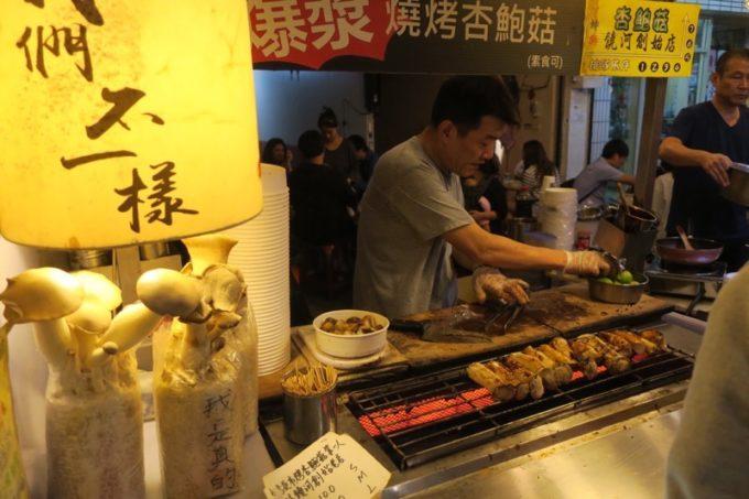 台湾・台北「士林夜市」では何故かエリンギが流行っています。
