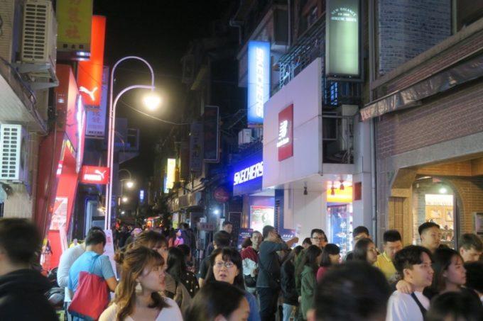 台湾・台北「士林夜市」では食べ物ばかりでなく服や靴も販売している。