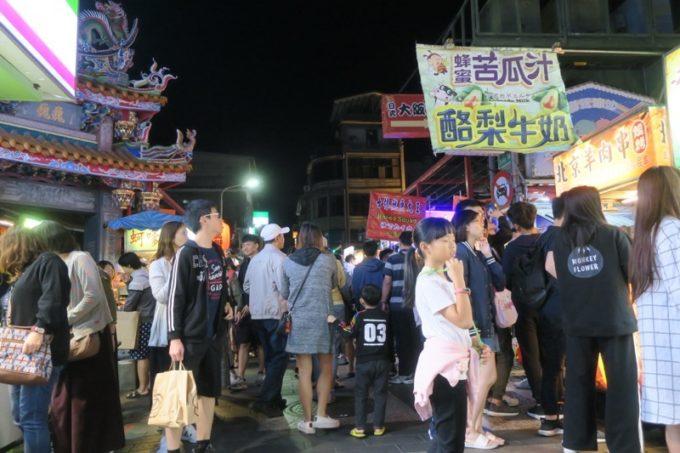 台湾・台北「士林夜市」を歩いていると、全然人の気配が途絶えない。
