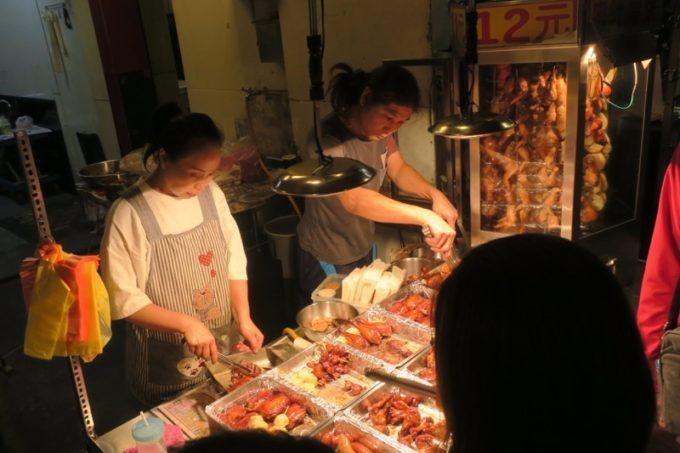 台湾・台北「士林夜市」で見かけた滷味(ルーウェイ)屋さん。