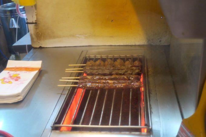 台湾・台北「士林夜市」凍ったままの羊肉串を焼き始める。