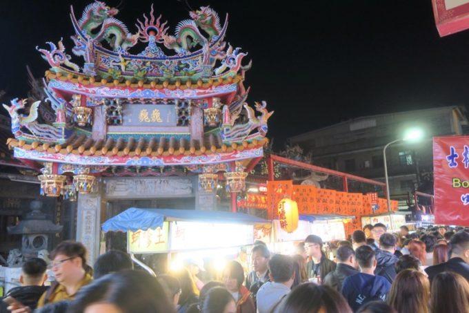台湾・台北「士林夜市」にある慈諴宮は夜も人で賑わっていた。