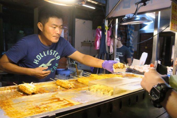 台湾・台北「士林夜市」の屋台の臭豆腐屋さん。
