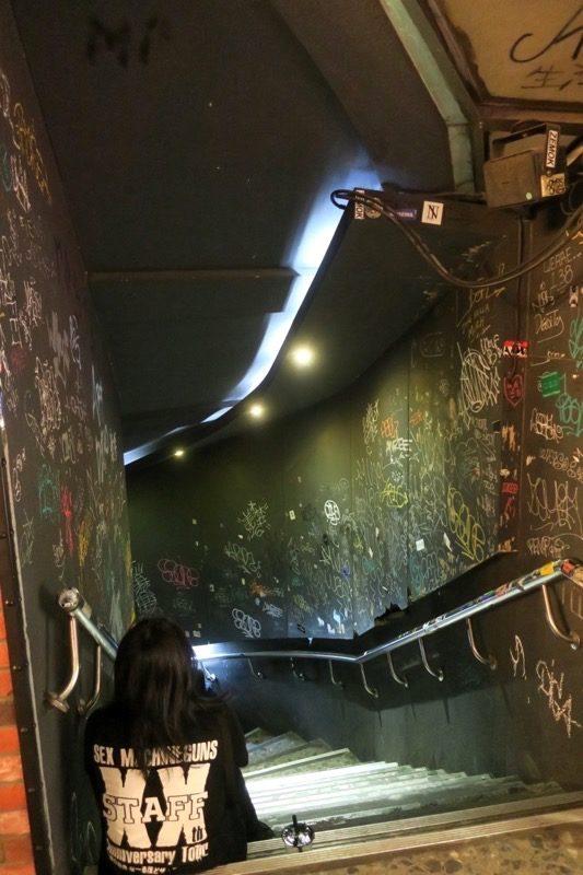 THE WALL公館の地下に続く階段。