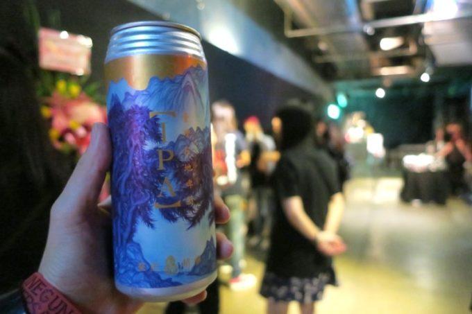 臺虎精釀 Taihu Brewing IPAはロング缶なので、VIP特典の撮影会に並びながら飲んだがなかなか減らなかった。