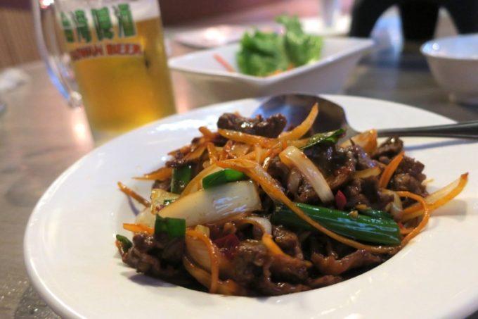 台湾ビール工場併設「Super 346 Live House」蒽爆牛肉(牛肉とタマネギの炒め、TWD220)